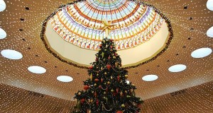 Christmas tree in mall [wikimedia commons]